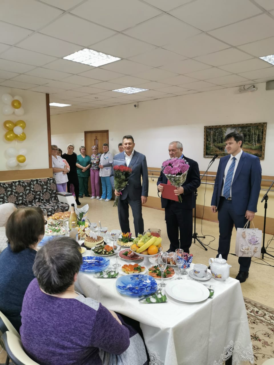 Глава управы Алексей Бирюков вручил юбиляру цветы и памятный подарок
