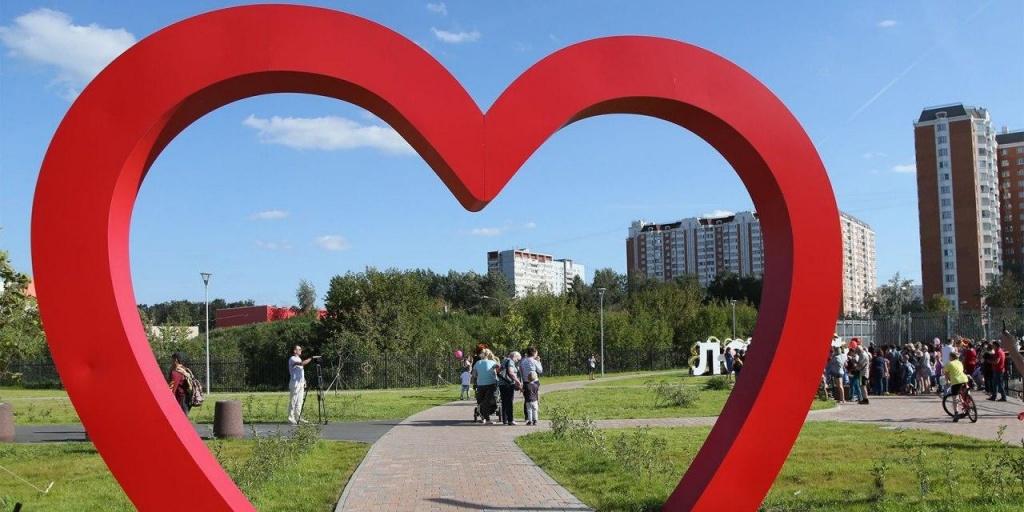 Надувные слоны и разноцветные медведи: чем украсили парки Москвы в рамках программы «Мой район»